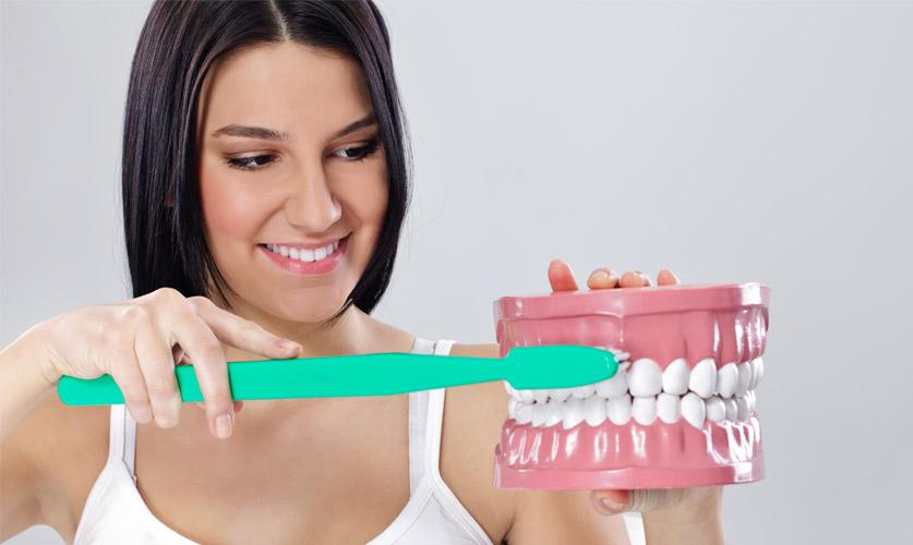 Limpieza de dientes previa a la cirugía de implantes dentales
