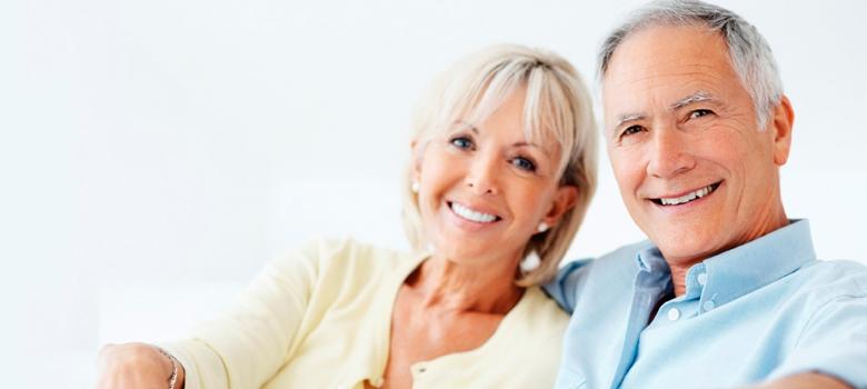 pacientes contentos con implantes dentales