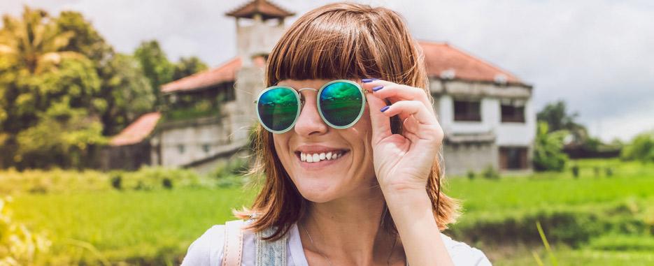 mujer sonriendo después de cirugia bucal